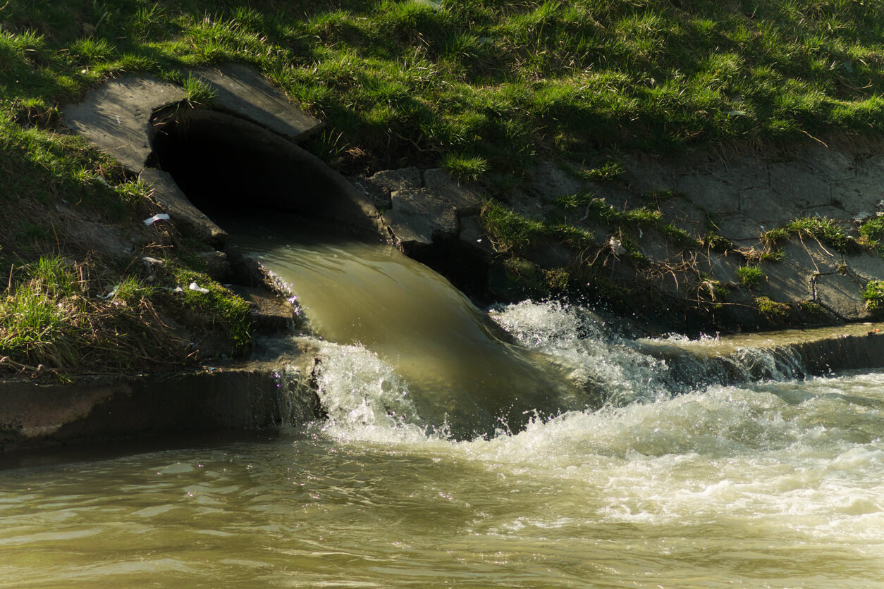 Image: dirty water discharged into river